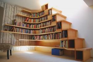 У книжной полки